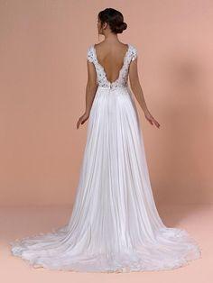 Brautkleid mit Spitzenapplikationen auf dem Oberteil, tiefem Rückenausschnitt und fließendem Rock. Couture, Rock, Wedding Dresses, Fashion, Tops, Gowns, Bride Dresses, Moda, Bridal Gowns