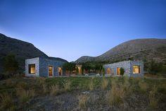 Sur l'ile de Syros en Grèce, l'architecte Katerina Tsigarida a conçu la maison d'été d'une famille de cinq personnes. Elle implante face aux vues, offertes par le golfe insulaire, différents blocs au plan évasé. Les murs épais de chacun sont rec...