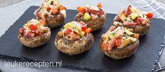 Snel en makkelijk kerstrecept: gevulde champignons met spek, paprika, courgette en kaas