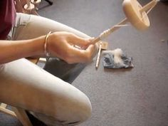 Spinning yarn using a drop spindle