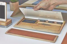 Dans sa collection « Maple », les designers de chez Grovemade ont conçu un support fonctionnel pour les claviers d'Apple auquel ils ont ajouté des rangements supplémentaires pour nos bureaux. Fait avec du bois d'érable, nous pouvons y ranger des stylos, des piles ou encore des cartes. A découvrir en images et à travers une vidéo.