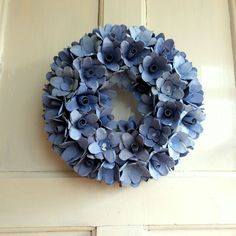 Věnec z růží Velký dekoračnívěnec z růží, laděný do modravých tónů. Růžičky jsou vytvořené z kartónů na vajíčka, ručně barvené nezávadnou vodorozpustnou barvou. Průměr věnce je 34 cm a tvoří jej 55 jednotlivých růžiček. Je velmi dekorativní a úžasně ozdobí vaše dveře nebo zeď. Věnec je třeba dát na místo kde neprší. Tento věnec může zdobit ...