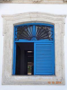 Janela azul. Estilo colonial. Blue window. João Pessoa - Brasil.