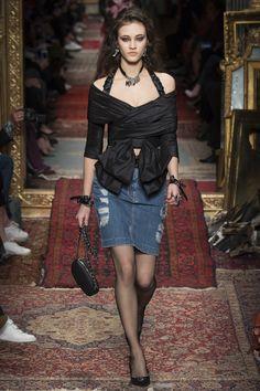 Moschino Fall 2016 Ready-to-Wear Fashion Show - Greta Varlese