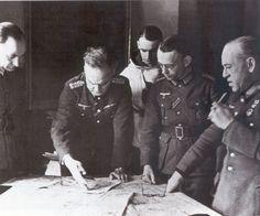 El General Esteban Infantes (derecha, luciendo la Medalla Militar), 2º Jefe de la División Azul (12 de marzo de 1943)