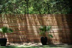 Дерев'яні паркани і огорожі для дому. Дерев'яний паркан природним чином завершує ландшафтний дизайн ділянки