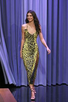 Kendall Jenner In Versace - The Tonight Show Starr Kendall Jenner Was Oozing Animal Magnetism On The Tonight Show Starring Jimmy Fallon Kardashian Kollection, Kourtney Kardashian, Robert Kardashian, Kardashian Jenner, Kendall Jenner Outfits, Vestido Kendall Jenner, Kendall Jenner Estilo, Kendall Jenner Runway, Kendall Jenner Modeling