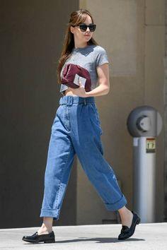 Dakota Johnson Casual Style Leaving Thibiant in Beverly Hills - Herren- und Damenmode - Kleidung Estilo Dakota Johnson, Dakota Johnson Stil, Dakota Johnson Street Style, Dakota Style, Summer Minimalist, Minimalist Fashion, Minimalist Style, Look Fashion, Fashion Models