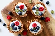Deliciously crispy, refreshing and only sweetened with honey: granola cups with yoghurt and berries. Deliciously crispy, refreshing and only sweetened with honey: granola cups with yoghurt and berries. Desserts For A Crowd, Healthy Dessert Recipes, Health Desserts, Healthy Baking, Brunch Recipes, Healthy Food, Lemon Bar, Healthy School Snacks, Snacks Under 100 Calories