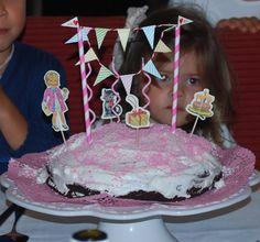 Decoração simples e caseira de um bolo de anos de criança! Simple and easy to do cake decoration!