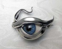 All seeing eye. Very fluid organic, glass eye brooch. Prosthetic glass eye set in sterling silver. (no refrigeration required) Unusual Jewelry, Eye Jewelry, I Love Jewelry, Jewelry Art, Vintage Jewellery, Custom Made Engagement Rings, Contemporary Engagement Rings, Zapatillas Nike Jordan, Unusual Wedding Rings