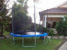 טרמפולינה בחצר הבית