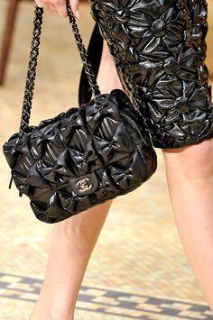 Chanel Fall 2015 | Tempo da Delicadeza - checkout the bows on the purse