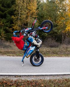 Aix En Provence, Motocross Photography, Moto Enduro, Green Barn, Maybe One Day, Dirtbikes, Bike Life, Stunts, Atv