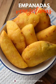 Venezuelan empanadas with corn flour. Everything you need to know to prepare them: the dough, the filling, the cooking methods and other tips and tricks food Spanish Dishes, Mexican Dishes, Tostadas, Venezuelan Food, Chorizo, Empanadas Recipe, Mexican Food Recipes, Ethnic Recipes, Drink Recipes