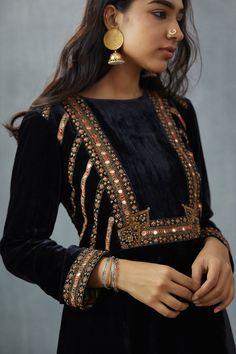 Pakistani Fashion Casual, Pakistani Dresses Casual, Indian Fashion, Indian Dresses, Indian Outfits, Velvet Dress Designs, Dress Neck Designs, Blouse Designs, Velvet Pakistani Dress