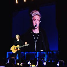 Niall on stage in Edmonton - 21.07.2015
