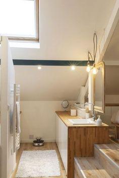 Une petite salle de bains avec salle de bains sous les combles