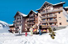 De appartementen van Odalys Les Lumières de Neige zijn gebouwd in traditionele chaletstijl. Door de ligging, bovenaan Valmeinier, heb je vanuit de appartementen een prachtig panoramisch uitzicht. De pistes liggen praktisch voor de deur en kun je skiën tot aan het appartementencomplex bij Valmeinier.  De skischool en skiliften liggen op 200 meter afstand, het centrum met winkels, bars en restaurants ligt ook op 200 meter. #Valmeinier