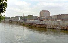 2114 1980, Blick aus West-Berlin gen Charité (in Ost-Berlin). Links ist auf der Stadtbahntrasse die West-Berliner S-Bahn zu sehen (die an dieser Stelle bis zum Ost-Berliner Bahnhof Friedrichstraße fuhr). Vorn ist die Spree.