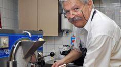 Eiscafe-Besitzer Riccardo Simonetti feiert Jubiläum: Seit 100 Jahren hat seine Familie die Lizenz zum Eismachen, seit 35 Jahren verkauft er selbst Eis in Witten.