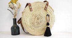 Bijou de sac porte clefs avec perles gemmes et pompon Micro Macramé, Straw Bag, Bags, Pom Poms, How To Knit, How To Make, Bag Accessories, Embroidery Thread, Porte Clef