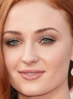 Soft Autumn or Summer makeup look, super pretty eyes which make you look at Her Eyes more than the makeup! Close-up of Sophie Turner at the 2016 Oscars.