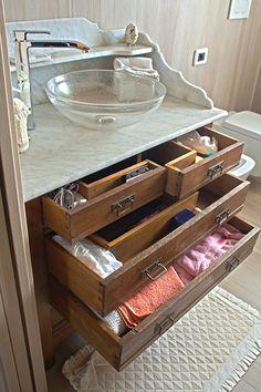 Il comò della nonna è stato trasformato in un mobile da bagno...reso moderno dal rubinetto in acciaio e dal lavandino in vetro.