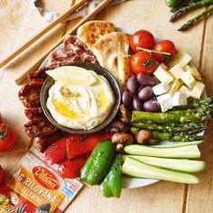 Viete, kde nájdete Stredomorie? Všade tam, kde pripravíte Mediteránsky tanier s grilovanou zeleninou. 🌶️ 🥒 🍅  Zaberie to len 15 minút. Dairy, Cheese, Food, Meal, Eten, Meals
