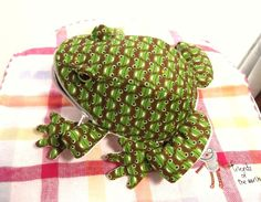 Fabric Crafts, Sewing Crafts, Plushie Patterns, Frog Crafts, Frog And Toad, Sewing Material, Patchwork Bags, Plushies, Fiber Art