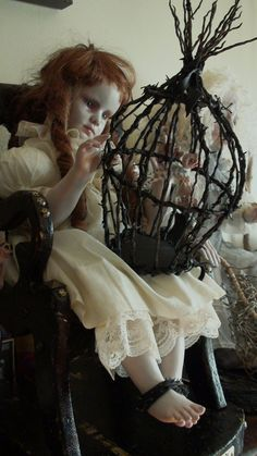 Haunting Taxidermy Doll Sculptures by Stefanie Vega Make The Perfect Halloween Post. If Its Hip, Its Here: October 2013 halloween design Halloween Post, Creepy Halloween, Vintage Halloween, Halloween Crafts, Halloween Camping, Halloween 2018, Halloween Design, Adornos Halloween, Scary Dolls