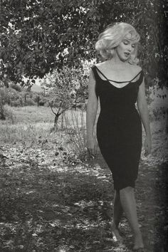 "Marilyn Monroe in Nevada on the set of ""The Misfits"", the last film that she completed. It's based on a short story that her husband Arthur Miller had developed into a screenplay with the idea of providing her with a role in a drama. Directed by John Huston, it was filmed in the Nevada desert, and focused on the friendship between a recently divorced woman and three aging cowboys. Filming was between July and November 1960. Photo by Inge Morath."