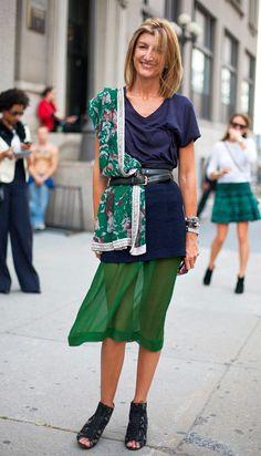 Street style look com lenço e saia verde.