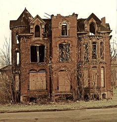 Any abandoned house actually intrigues me. this is the Lucien Moore House in ruins Abandoned Buildings, Abandoned Detroit, Abandoned Property, Abandoned Castles, Abandoned Mansions, Old Buildings, Abandoned Places, Photo Post Mortem, Moore House