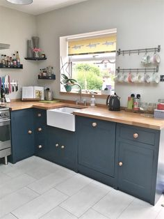 Kitchen units in F&B Hague Blue, walls in F&B Shaded White ¦ Farrow & Ball Insp. Kitchen units in Hague Blue Kitchen, Blue Kitchen Cabinets, Kitchen Units, New Kitchen, Kitchen Decor, Kitchen Ideas, Grey Cabinets, Kitchen Walls, Kitchen Worktop