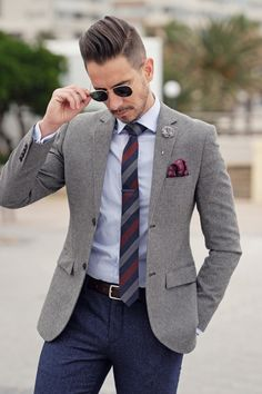 👔Do you know how to style the best custom lapel pins for men? Lapel pins look chic & stylish on men's suits. Read about lapel pins like flowers and lapel pin suit styles in mens fashion on LLEGANCE. Custom lapel pins on suits are great to style formal co Blue Blazer Men, Blazer Outfits Men, Mens Fashion Blazer, Suit Fashion, Blue Pants, Casual Blazer, Grey Blazer Outfit, Men's Pants, Fashion Shirts