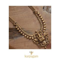 Here are some amazing South Indiian vintage antique jewellery designs from the most popular brand called Karpagam Jewellers Official. Antique Jewellery Designs, Gold Earrings Designs, Gold Jewellery Design, Antique Jewelry, Antique Gold, Necklace Designs, Gold Jewelry Simple, South India, Bridal Jewelry