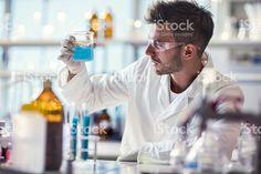 Мужской химик, работающих на химических веществ в лабораторных условиях. – роялти-фри стоковая фотография