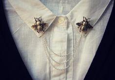 Ces épingles à collet sont absolument magnifique et unique et peuvent se transformer une chemise à col normale en une déclaration de mode. Ces épingles particulier sont faites dabeille plaqué argent antique emboutis. ils sont tous deux reliés par 3 chaines en plaqué argent. la chaîne la plus courte est de 12cm et le plus long est de 16cm.  Voir quelles autres pièces uniques que jai dans ma boutique : www.etsy.com/shop/alapopjewelry  Envoi de ce cadeau ? Faites-leur savoir à qui elle envoie…