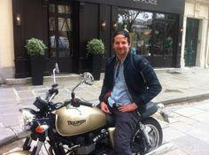 Bradley Cooper visite Paris en Triumph