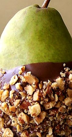 Chocolate Dipped Pears With Salted Almond Crunch Fruit Recipes, Summer Recipes, Holiday Recipes, Amish Recipes, Chocolate Dipped, Pinterest Recipes, I Love Food, Chocolate Recipes, Delish