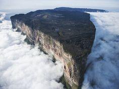 Monte Roraima, Venezuela  Si tratta di una delle montagne più antiche della Terra. Risale a due miliardi di anni fa, quando la terra si innalzò per un'attività tettonica. I fianchi della montagna sono ripide scogliere verticali con diverse cascate. E' quasi impossibile da scalare. http://rentholidayworld.blogspot.it/p/35-luoghi-da-sogno-da.html