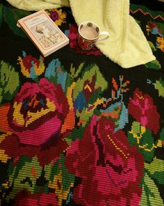 Big roses handwoven rug, wool, vintage carpet made in Romania. Carpeta din lana lucrata manual in Oltenia. Wool Carpet, Contemporary Decor, Create Yourself, Manual, Hand Weaving, Vintage Items, Floral Design, Etsy Seller, Sweet Home