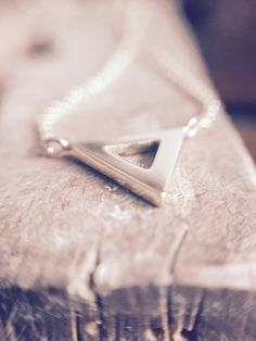 14krt gold triangle necklace | custom made | www.endeis.nl ❤️