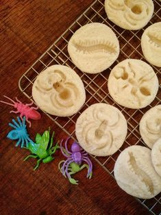Recipe and instructions to make these creepy bug insect sugar cookies perfect for a kid or adult Halloween party. They look so cool, double as decoration and are so easy to make! kids halloween party Bug Insect Sugar Cookies for Halloween Postres Halloween, Dessert Halloween, Halloween Playlist, Adornos Halloween, Halloween Games For Kids, Adult Halloween Party, Halloween 2015, Halloween Food For Party, Halloween Cookies