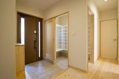 Compartment for storing shoes, bags and coats. Shoe Room, Shoe Closet, Shoe Organizer Entryway, Japanese Style House, Home Porch, Pinterest Home, Japanese Interior, Condo Living, House Entrance