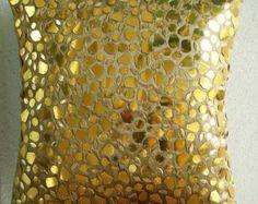 Esta cubierta de cojín (sin relleno) se hace con un tono morado de tela de seda dupioni de arte adornado pesadamente con cristales claros y puso de relieve color plata perlas para crear un hermoso efecto deslumbrante todo. Glamour y los sueños, es que todos queremos!  La parte posterior de la almohada se hace utilizando a la misma tela de dupioni de color púrpura con una solapa cubre cremallera de mirada limpia y el retiro fácil.  Mano hecha a mano en forma cuadrada.  Tamaño de la cubierta…