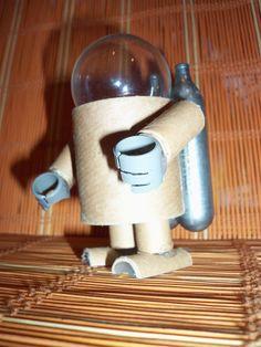 Robot z papierowych rolek, żarówki i naboi CO2; autor: Marian Wyrzykowski eMdizajn