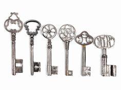 Je drei Volldorn- und Hohldornschlüssel. Unterschiedliche Reiden mit gesägter Füllung, einmal mit Monogramm KK . Bärte gewellt, mit Mittel- und ...