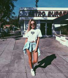 Shorts jeans+ camiseta+ sapato Elas adoram shortinhos.
